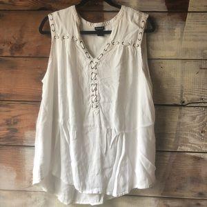 🌱 Torrid White Top Size 2 3/$35